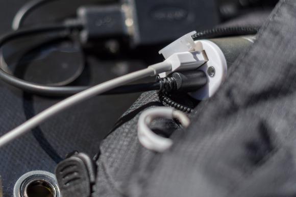 Powerbank mit eingehendem (schwarz) und ausgehendem (weiß) Kabel