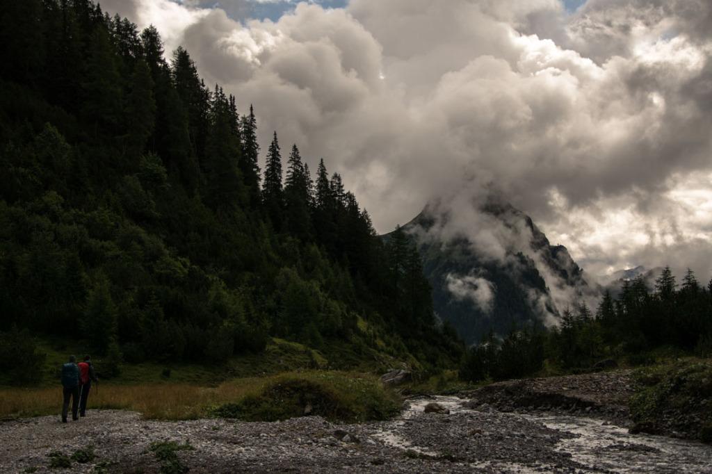 Der Weg durch das Lochbachtal mit vernebelten Blick auf die Silberspitze