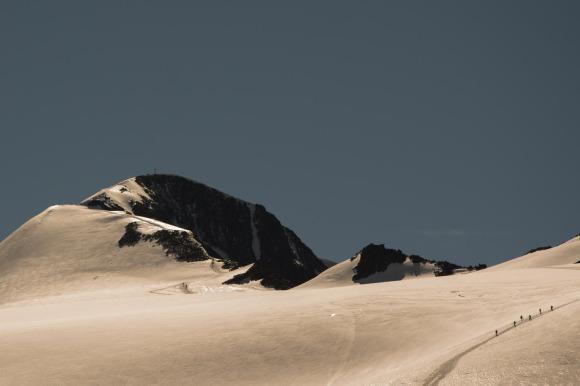 Seilschaften auf dem Weg zum Gipfel des Similaun